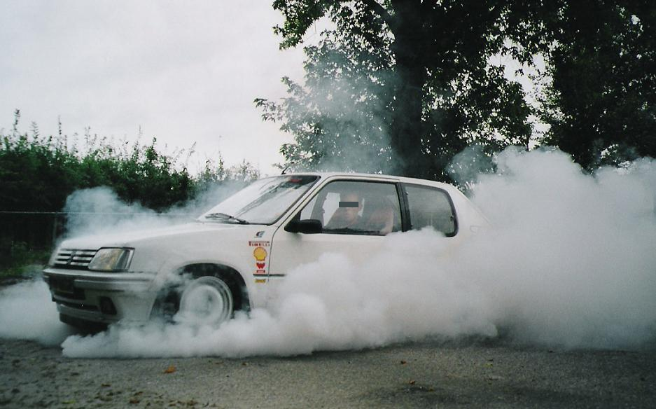 Peugeot 205 Rally E burnout