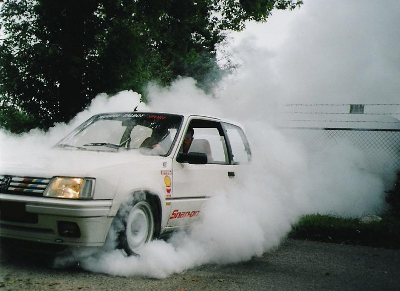 Peugeot 205 Rally E smoking